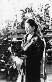 Одесса. Обувная фабрика. Прием обуви с конвейера. 1956 г.