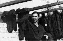 Сушка шерсти в красильном цехе фабрики быткомбината. В центре – красильщик В.Г. Мартынов. г. Арциз 1991 г. Коваль (11996)