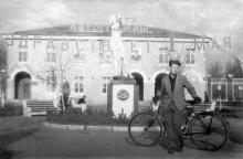 Перед проходной завода «Автогенмаш» на ул. Химической