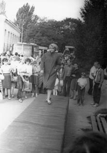 Модельеры швейного объединения им. Воровского показывают новые образцы верхней женской одежды. Одесса, июль 1987  В. Курицын (10252)