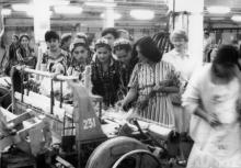 Узбекские гости осматривают ткацкий цех Одесской фабрики технических тканей. г. Одесса июль 1987 В. Курицын (10240)
