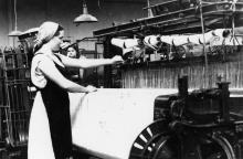 Ткачиха суконной фабрики, депутат Одесского облсовета, комсомолка Бажухина А.С. за работой. г. Одесса 29 августа 1957 г. (4574)