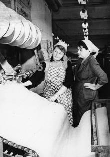 Текстильщица суконной фабрики Фомина и ее ученица Белоусова налаживают машину для прошивки нетканых материалов. Одесса, 11/XI-1964 г. Фатеев (3548)