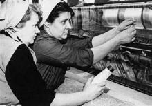 Текстильщица суконной фабрики Фомина и ее ученица Белоусова за работой у машины для прошивки нетканого полотна. Одесса, 1964 г. Фатеев (3586)