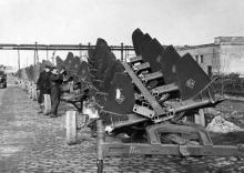Отправка плугов на Одесском сельхоз. заводе им. Октябрьской революции. Одесса, 1953 (1111)