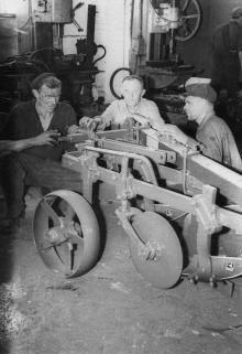 Сборка плуга на заводе им. Октябрьской революции для отправки на Кубу. г. Одесса, 1964 г. Негребецкий (1949)
