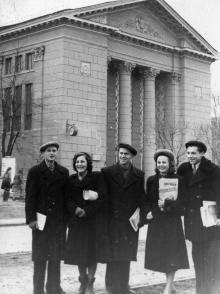 Группа студентов-агитаторов Одесского технологического института им. Сталина. 24.I.55 г. Одесса, Левит (148)