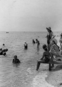 На пляже в с. Украинка (пос. Люсдорф). 1961 г. Одесса, С. Белозеров (1129)