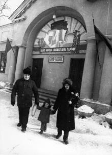 Семья инженера-технолога Комаровых завода «Нептун» у избирательного участка. г. Одесса, март 1985 г. (8508)