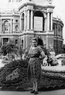 Актриса Украинского театра Екатерина Кисель-Загорянская с племянницей, Одесса, конец 1940-х годов
