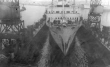 Спуск 500 судна на заводском доке. Судоремонтный завод. Одесса, 1965 г. Выкрест (1635)