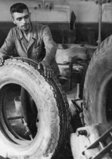 Рабочий подготовительного цеха Одесского шинно-рем. завода Ф.Ф. Бондарь выполняет сенную норму на 170%. 2.VIII.1954 г. Одесса, Я. Левит (674)