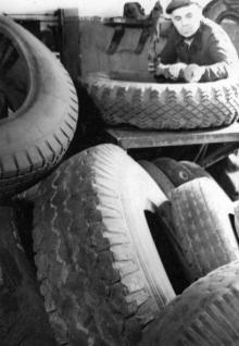 Рабочий подготовительного цеха Одесского шинно-рем. завода Ф.Ф. Бондарь выполняет сенную норму на 170%. 2.VIII.1954 г. Одесса, Я. Левит (675)