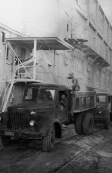 Отгрузка суперфосфата с завода. г. Одесса, 1956 г. (4698)