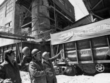 Эшелон со сверхплановым минеральным удобрением на погрузочной площадке суперфосфатного завода. г. Одесса, 1978 г. И. Павленко (13302)