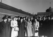 Группа одесских туристов перед отъездом в Чехословакию на Одес. вокзале. 8.IV.56 г. Одесса Левит (948)