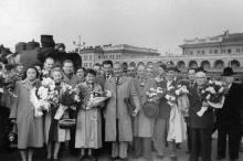 Прибывшие делегации КНР, ГДР, ФРГ на перроне вокзала. 8.V.56 г. Одесса Левит (985)