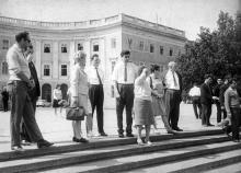 Члены делегации общества венгро-советской дружбы у Потемкинской лестницы. Одесса, 9/IX-1966 Фатеев (3707)