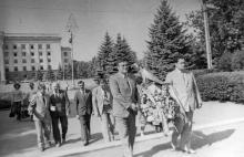 Партийная делегация из города-побратима Констанцы возлагает венок к памятнику борцам революции. г. Одесса август 1981 г. (7391)