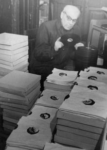 Цех граммофонных пластинок Кагановичского ретпромкомбината г. Одессы. 11. III.1955 г. Одесса, Я. Левит (701)