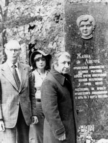Французская делегация у могилы Жанны Лябурб (на 2-м Христианском кладбище). г. Одесса, 1978 г. (5172)