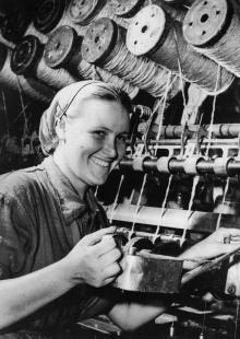 Член бригады ком. труда прядильщица Одес. джутовой фабрики Алла Болктян. 1959 г. Одесса Максимов (365)