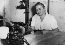 Швейная машина для пошивки мешков на Одес. джутовой фабрике. Работница т. Овечко Т. С. 31.VII.57 г. Одесса, Н. Крылов (454)