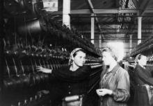 Мастер прядильного цеха Одесской джутовой фабрики Р. Соколова проверяет работу членов бригады.1.XI.1954 г. Одесса Я. Левит (652)