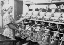Работница джутовой фабрики Пинская за перемоточной машиной «РК-210-П». Одесса, 31/VII-57 г. Крылов (4418)
