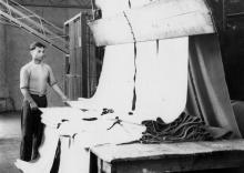 За машиной для промерки ткани рабочий джутовой фабрики Яковлев. Одесса, 31/VII-57 г. Крылов (4434)