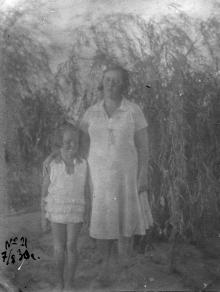 У плакучей ивы в Лузановском парке. Одесса. 7 августа 1930 г.