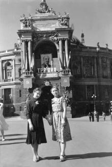 Перед оперным театром, Одесса, 1957 г.