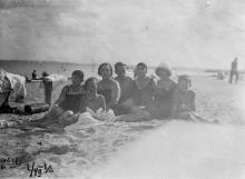 На пляже в Лузановке. Одесса, 2 июля 1930 г.