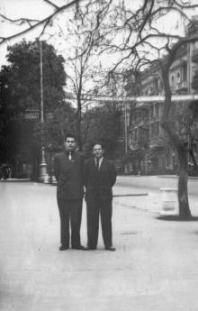 На фоне дома № 36 по ул. Карла Маркса. Одесса. 1961 г.