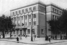 Школа № 117 во время открытия, ул. Ленина угол ул. Жуковского. Одесса. Фотограф М. Шпицбург. 1 сентября 1950 г.