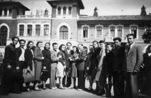 Лечебный факультет перед зданием городской больницы. Одесса, 1952 г.