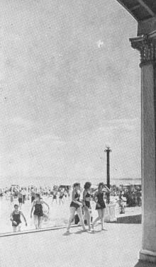 На Лузановском пляже. Одесса. Фотография из путеводителя «Одесса», 5-е издание, 1968 г.