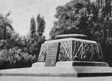 Памятник борцам за установление Советской власти в Одессе. Фотография из путеводителя «Одесса», 5-е издание, 1968 г.