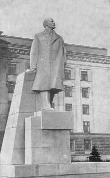 Памятник В.И. Ленину на площади им. Октябрьской революции. Одесса. Фотография из путеводителя «Одесса», 5-е издание, 1968 г.