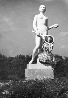 Одна их двух скульптур теннисисток, находилась на подходе к пляжу Ланжерон. Одесса, середина 1950-х годов