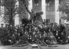 Экскурсия  у памятника Суворову в Одесском художественном музее. 1939 г.