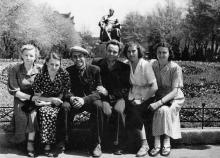 Перед памятником Сталину на площади Советской Армии. Одесса. 28 июня 1954 г.