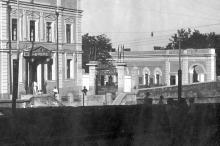 Одесса, ул. Ласточкина, 2. Интерклуб моряков, правее вход в «Открытый театр». (Выкадровка). 1930-е годы