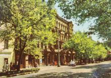 Гостиница «Красная». Цветное фото А. Подберезского. Открытка из набора 1965 г.
