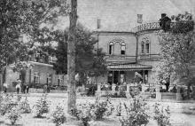 Одесса. Клинический Кардиологический Санаторий, 3-й корпус, терраса в обеденное время. Слева — 2-й корпус. Почтовая карточка. По подписи 1933 г.