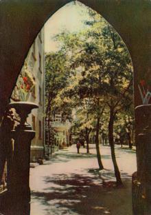 Вид из арки Шахского дворца на улицу Гоголя. Фотограф А. Подберезский. Открытка из набора 1963 г.