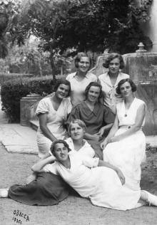 В доме отдыха  «Моряк». На фото справа зав. продуктовым складом санатория Григорий Аксентьевич Маневич. Начало 1950-х годов