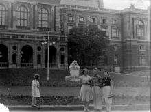 На фоне скульптуры «Дети и лягушка» рядом с оперным театром. Одесса, 29 июня 1957 г.