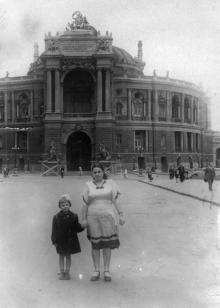 Одесса, перед театром оперы и балета