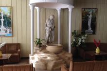 Одесса, санаторий «Одесса». Парковая скульптура, перемещенная в холл. Фото Е. Волокина. 17 ноября 2015 г.